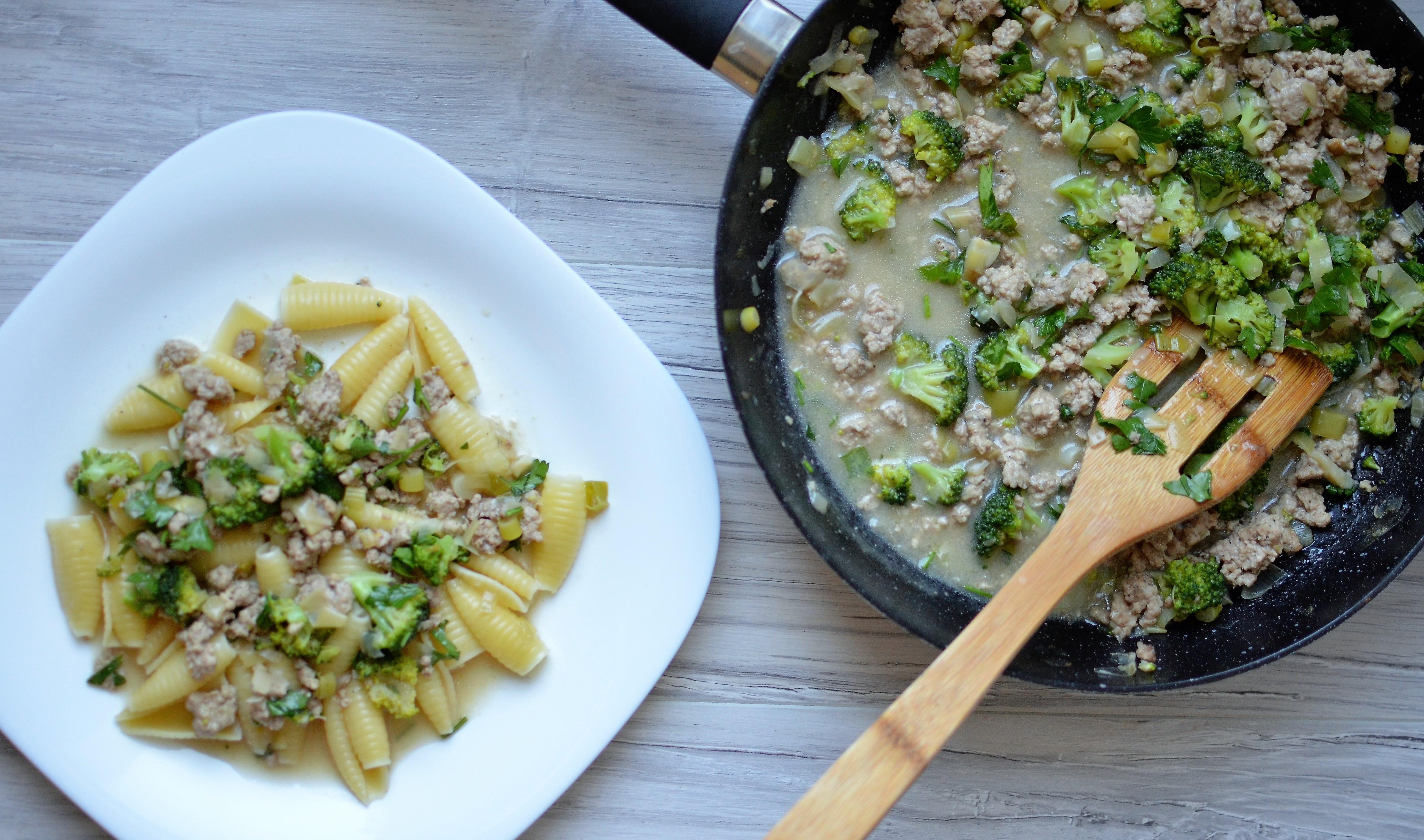 Makaron z mięsem mielonym i brokułem