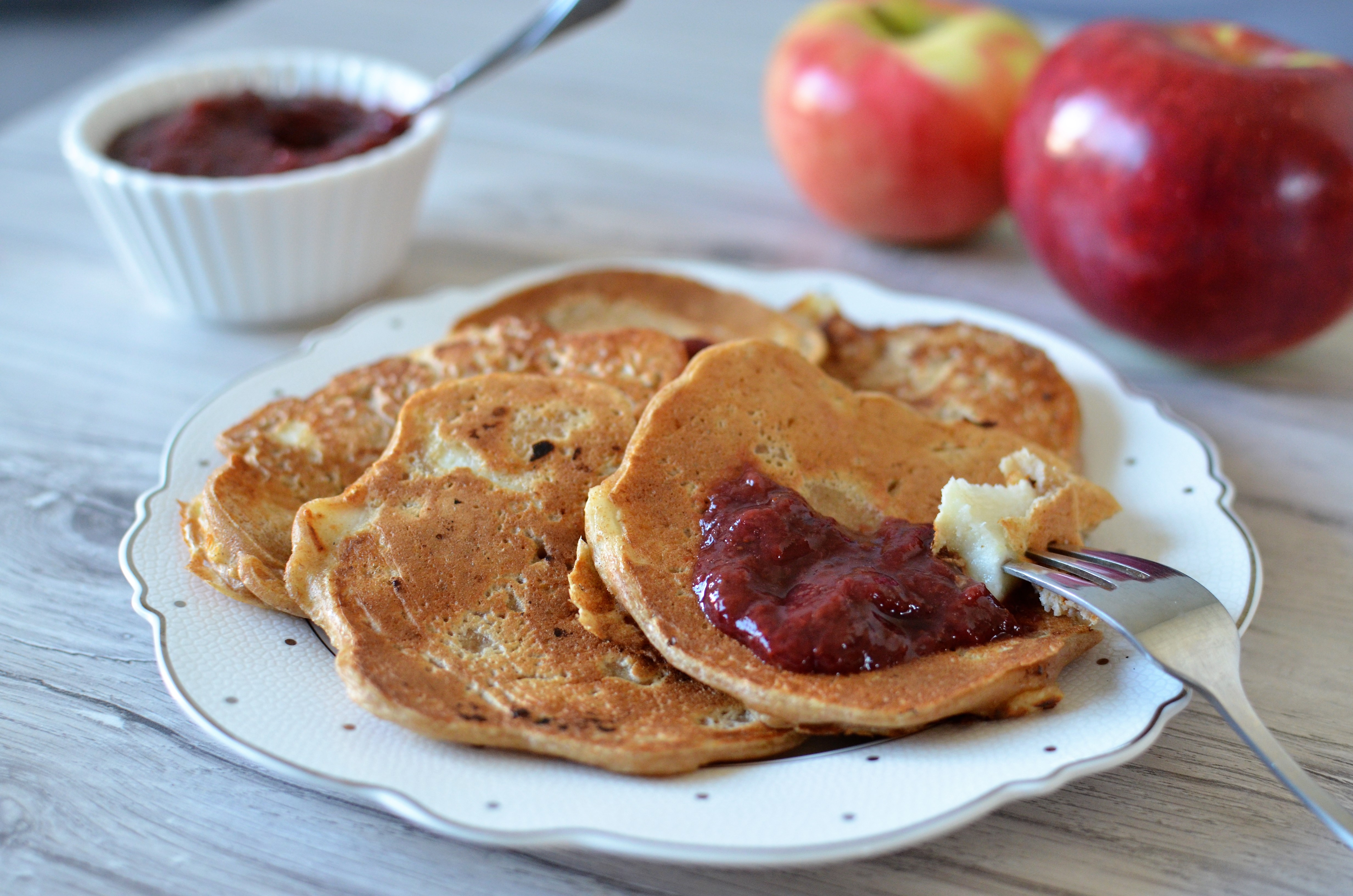 Pełnoziarniste placki z jabłkami bez cukru