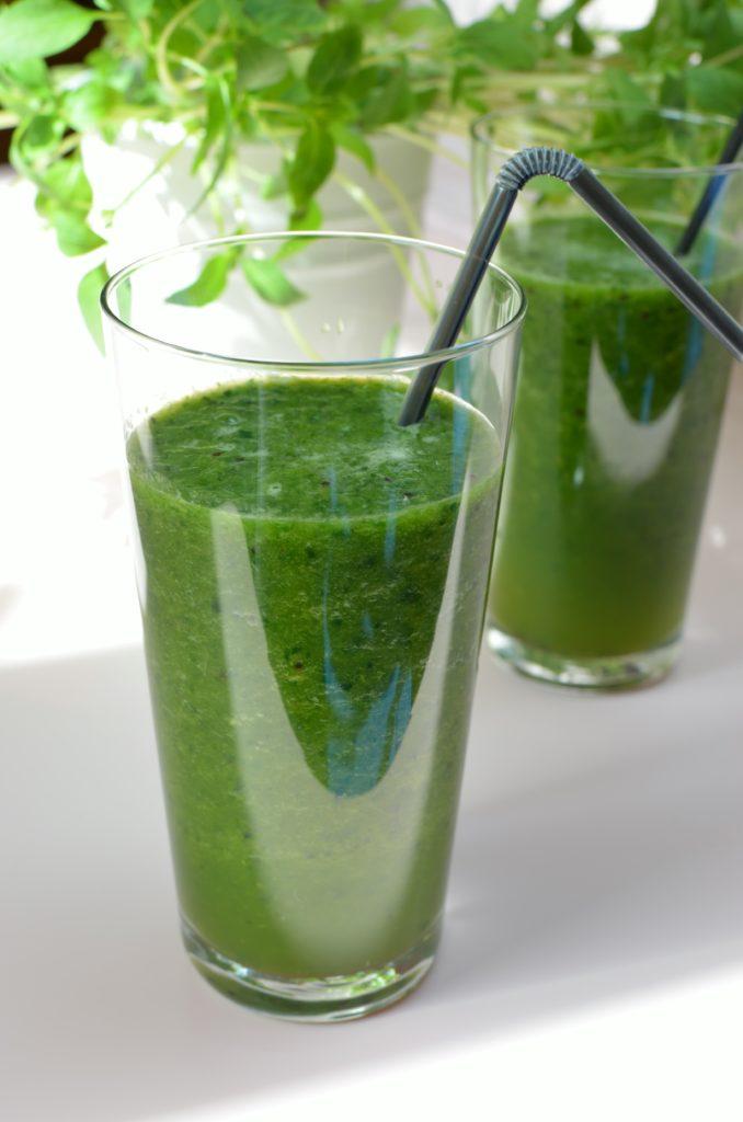 Zielone smoothie - szpinak i kiwi.