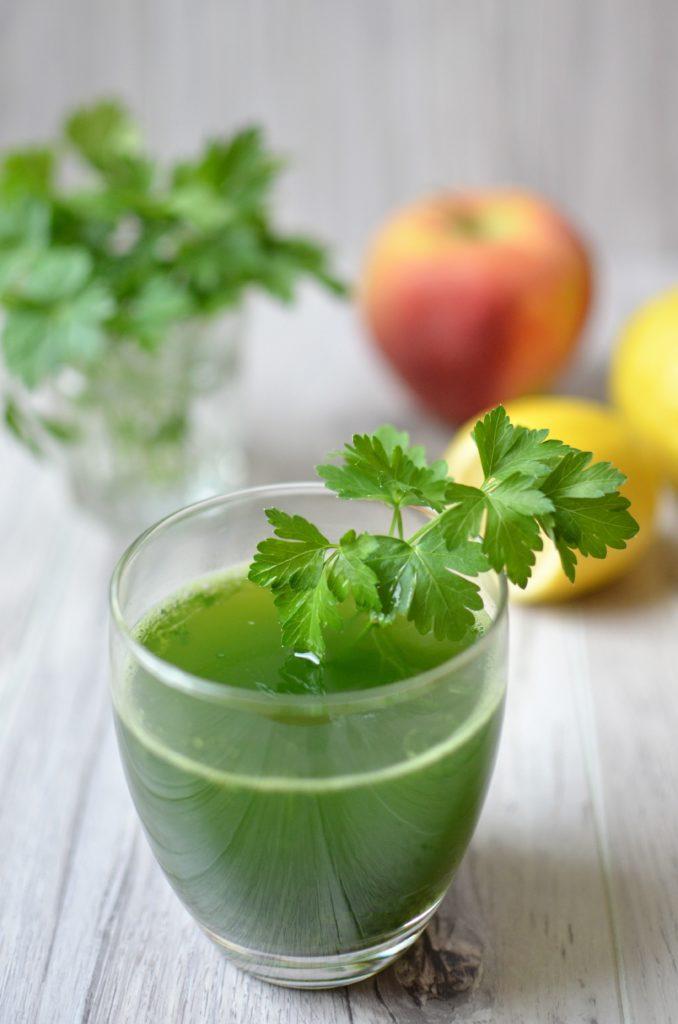 Zielony koktajl z natki pietruszki, jabłka i cytryny