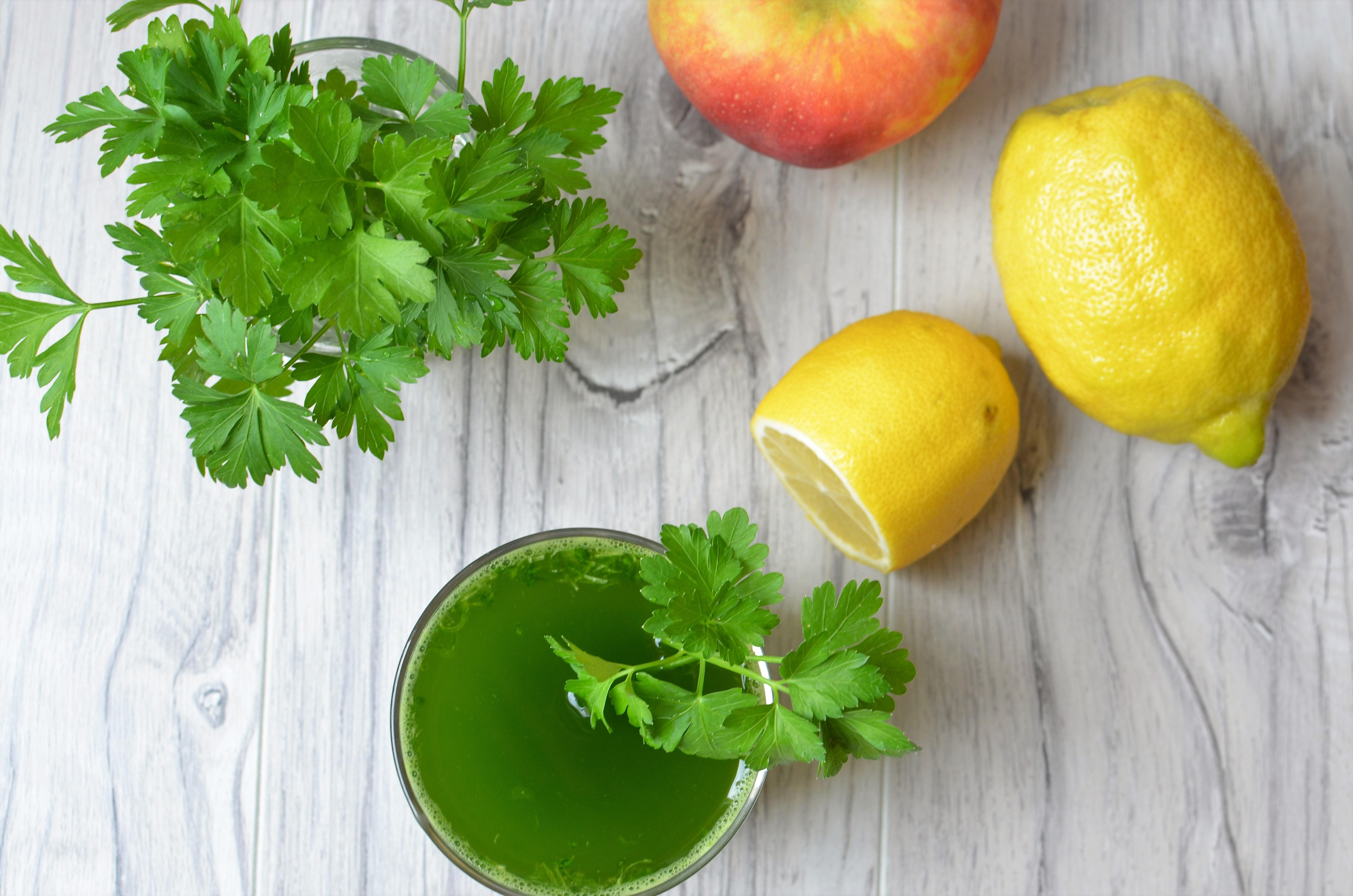 Zielony koktajl z natką pietruszki, jabłkiem i cytryną