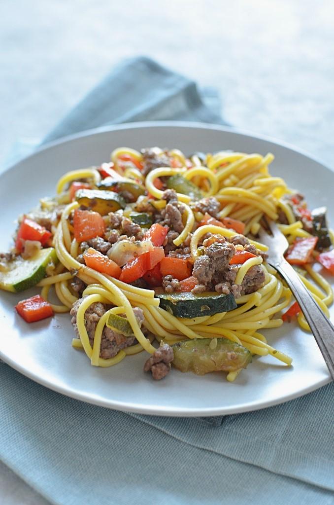 Makaron z sosem sojowym, warzywami i mięsem mielony.