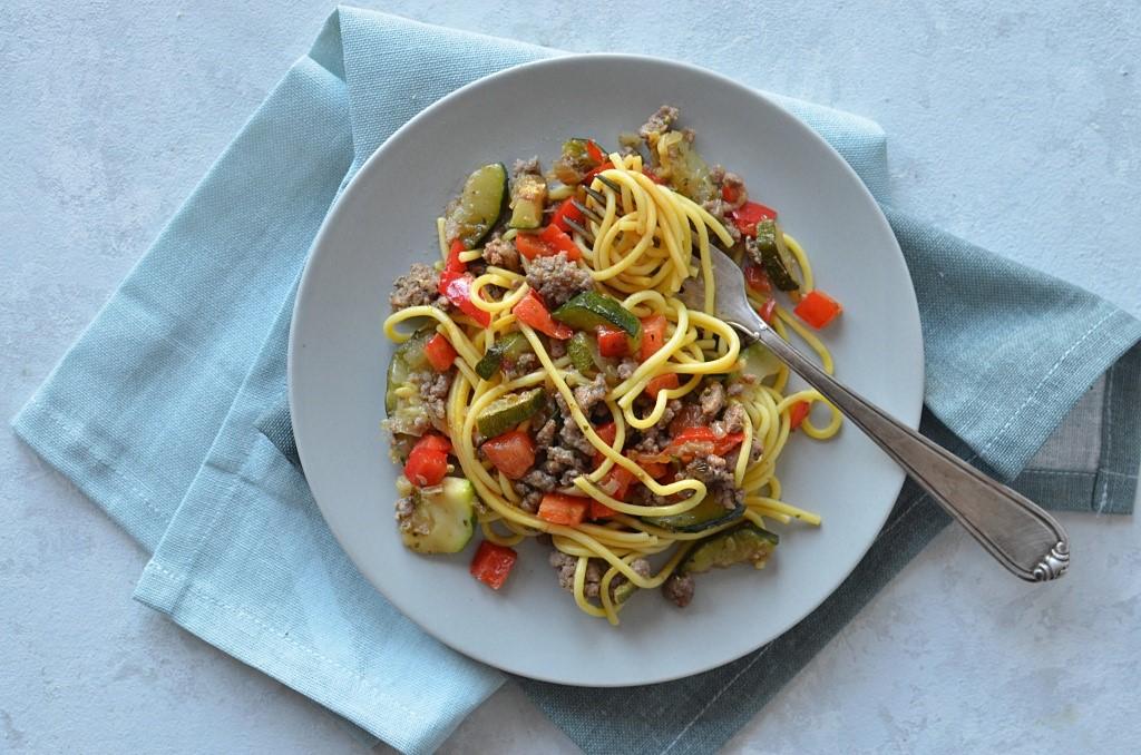 Makaron z sosem sojowym, warzywami oraz mięsem mielonym, szybki obiad.