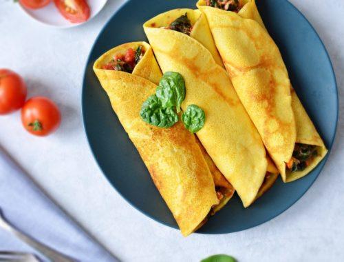 Naleśniki bezglutenowe, kukurydziane ze szpinakiem, fetą i pomidorami.