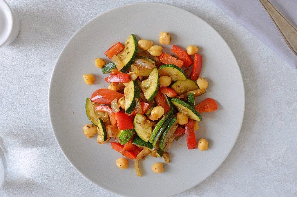 Danie jednogarnkowe - warzywa z jednej patelni z cukinią i papryką.
