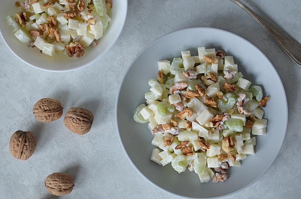 Owocowa sałatka:jabłko, gruszka z selerem naciowym i orzechami.