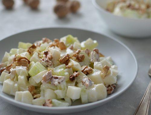 Owocowa sałatka: jabłko, gruszka z selerem naciowym i orzechami.