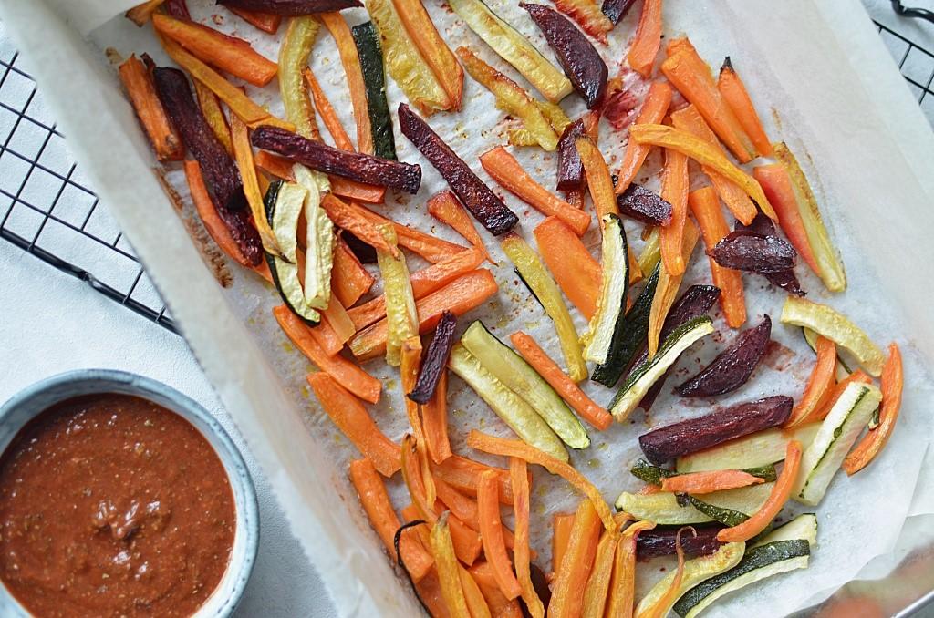 Pieczone frytki z warzyw - marchewka, batat, burak, cukinia.