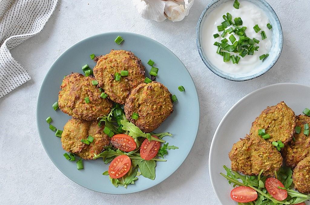 Proste kotlety warzywne pieczone w piekarniku - ciecierzyca oraz marchewka i brokuł, podane z rukolą i pomidorkami.