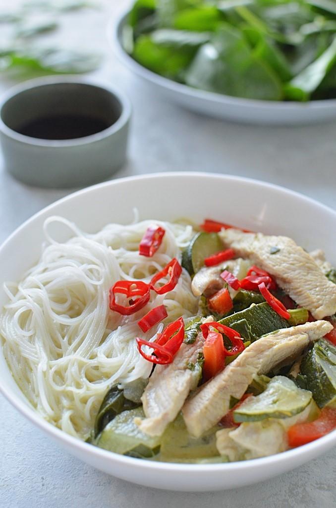 Zupa tajska z kurczakiem i makaronem. Zielona pasta curry.