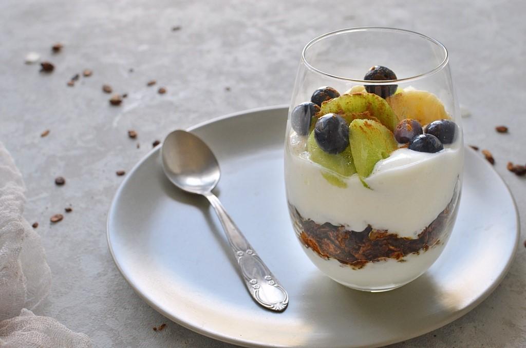 Deser z borówkami i jogurtem.