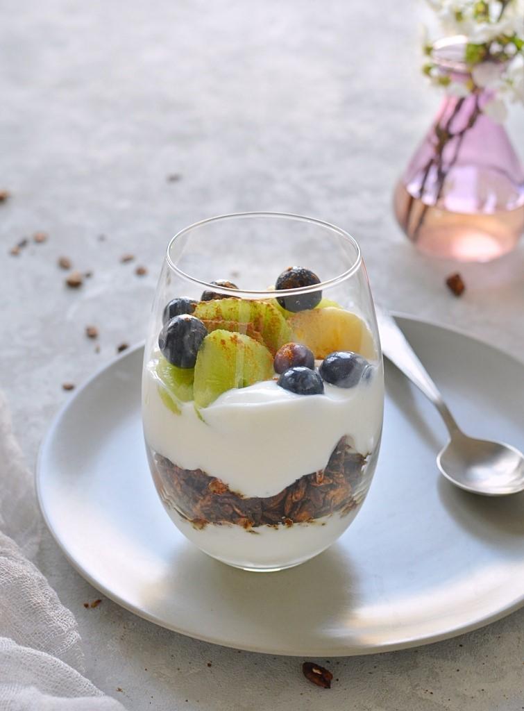 Deser z granolą i owocami.