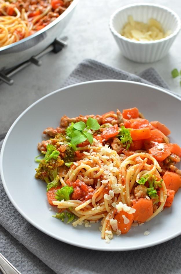 Makaron z sosem pomidorowym i warzywami.