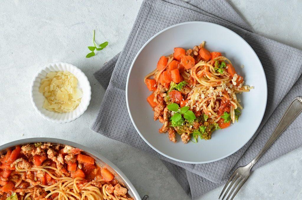 Makaron z warzywami w sosie pomidorowym.