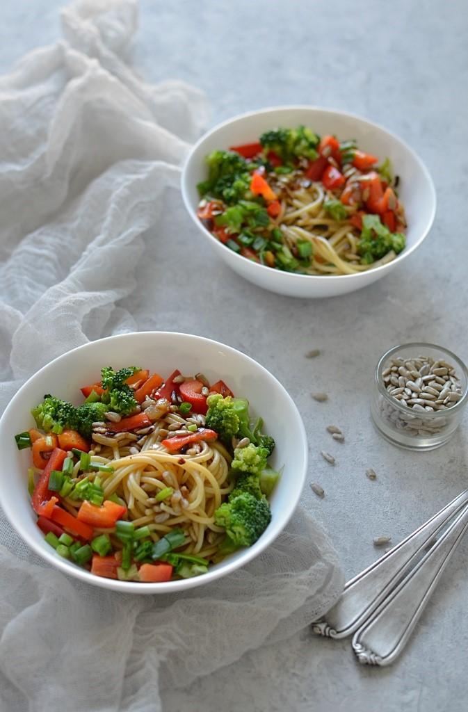 Makaron z warzywami - brokuł i papryka - w sosie sojowym.