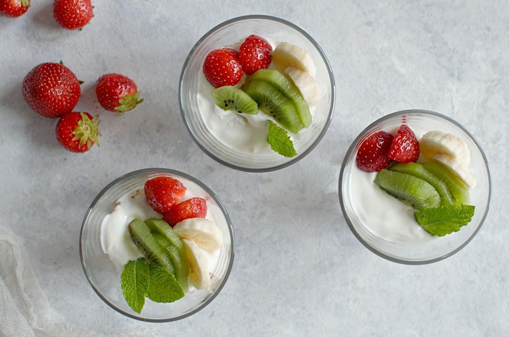 Lekki deser jogurtowo-truskawkowy.