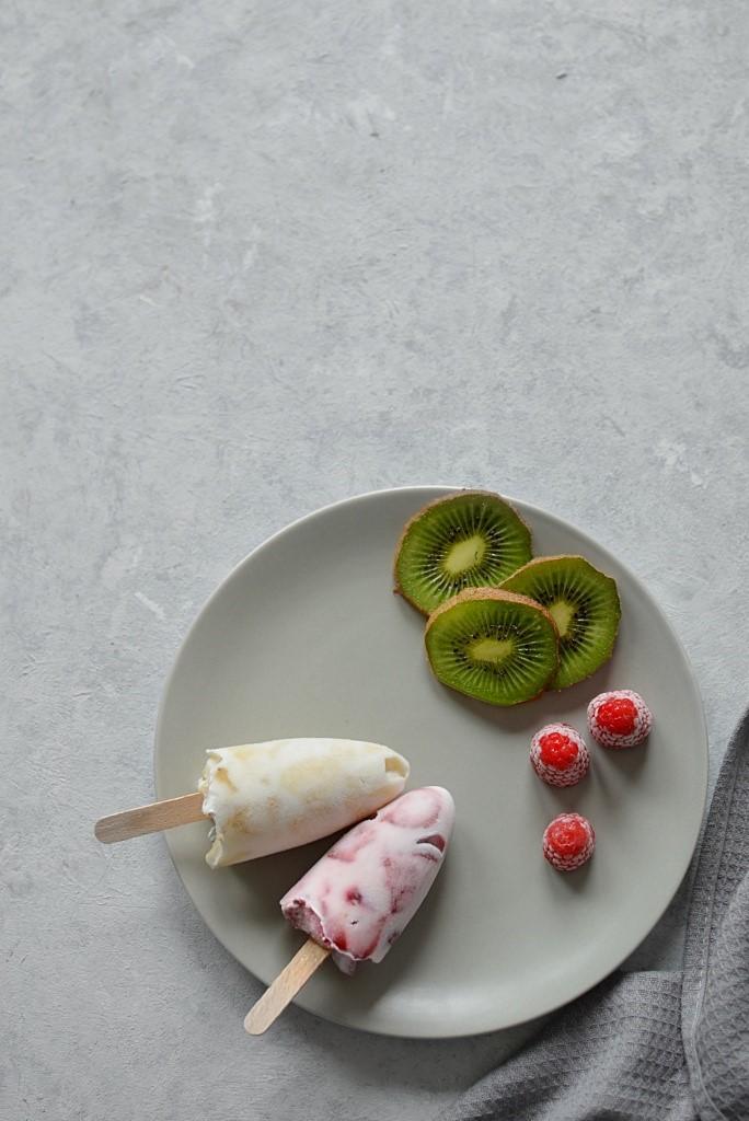 domowe lody jogurtowe na patyku.