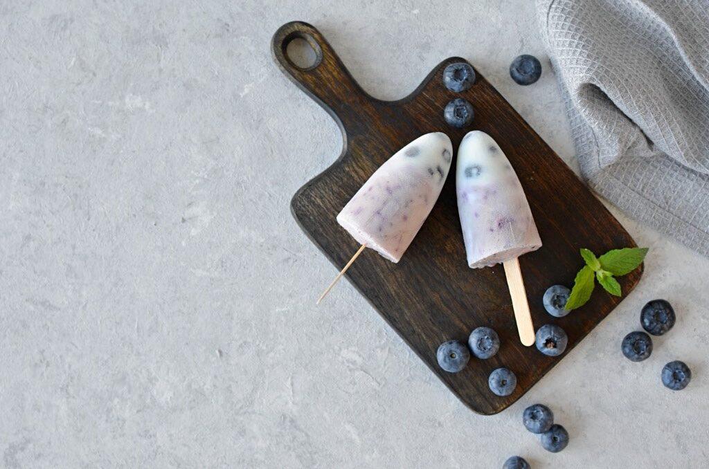 Lody jogurtowe z borówkami.