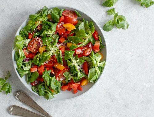Sałatka z roszponki i pomidorów.