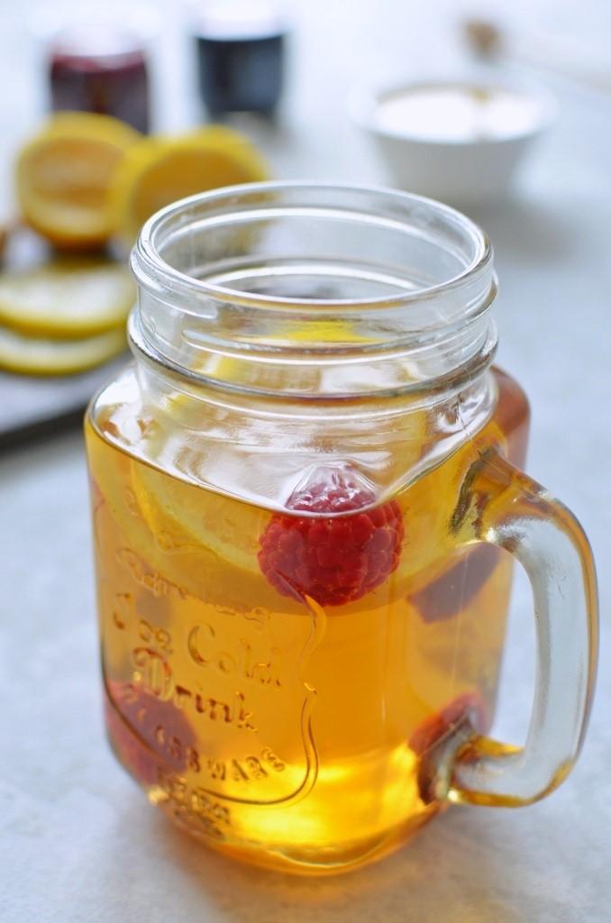 Herbata z malinami, cytryną i imbirem.