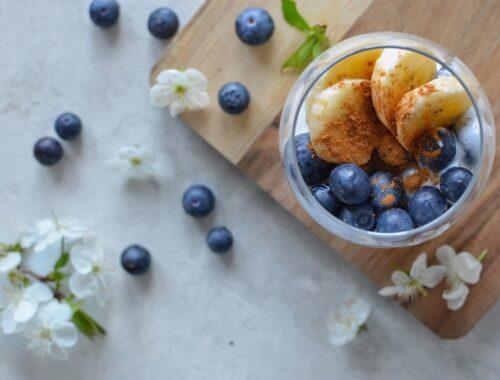 Deser z chia i jogurtem naturalnym.